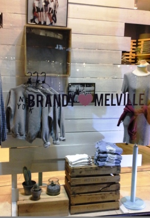 BRANDY MELVILLE PASEO DE GRACIA BARCELONA TEVIAC #brandymelville #teviac #escaparate #marketingonline (1)