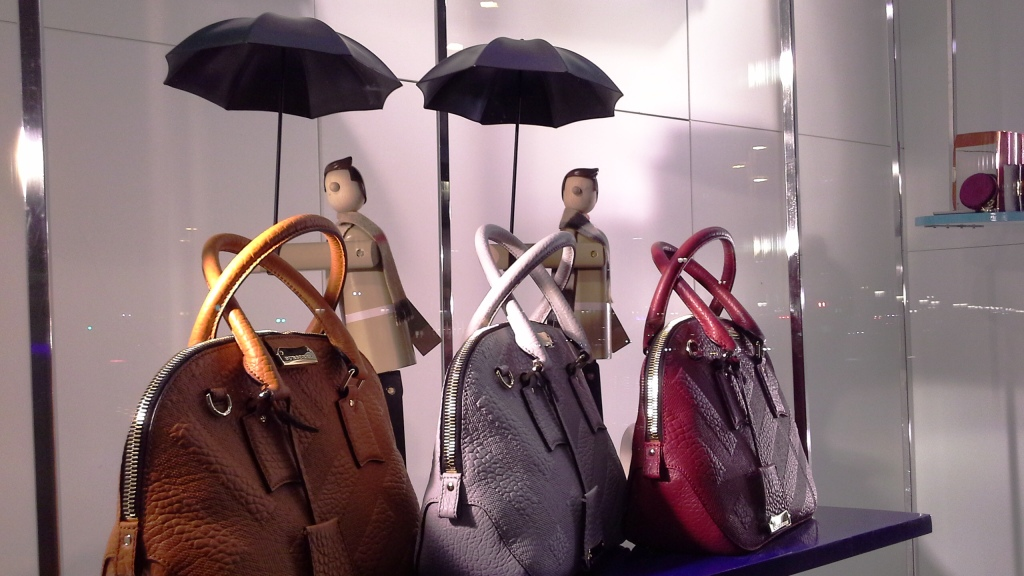 BURBERRY THE SALE PASEO DE GRACIA TEVIAC ESCAPARATISMO EN BARCELONA #teviac #escaparate #marketingonline (7)