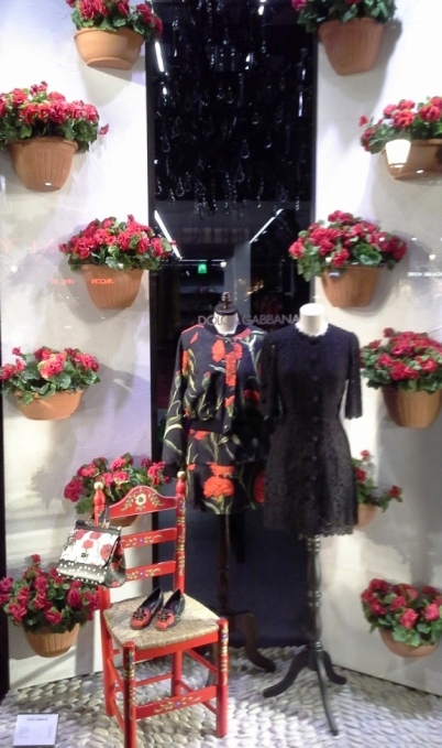 DOLCEANDGABBANA WINDOWDESIGN BARCELONA PASEO DE GRACIA TEVIAC (1) EL ESCAPARATE DE DOLCE EN BARCELONA #dolcegabbana #windowdisplay #marketingonline #shoponline #carnation #dots