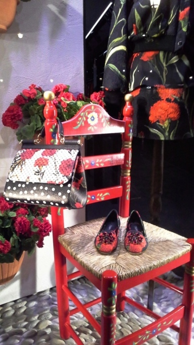 DOLCEANDGABBANA WINDOWDESIGN BARCELONA PASEO DE GRACIA TEVIAC (2) EL ESCAPARATE DE DOLCE EN BARCELONA #dolcegabbana #windowdisplay #marketingonline #shoponline #carnation #dots