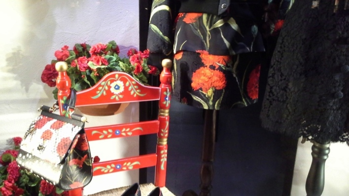 DOLCEANDGABBANA WINDOWDESIGN BARCELONA PASEO DE GRACIA TEVIAC (7) EL ESCAPARATE DE DOLCE EN BARCELONA #dolcegabbana #windowdisplay #marketingonline #shoponline #carnation #dots