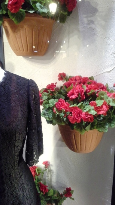 DOLCEANDGABBANA WINDOWDESIGN BARCELONA PASEO DE GRACIA TEVIAC (8) EL ESCAPARATE DE DOLCE EN BARCELONA #dolcegabbana #windowdisplay #marketingonline #shoponline #carnation #dots