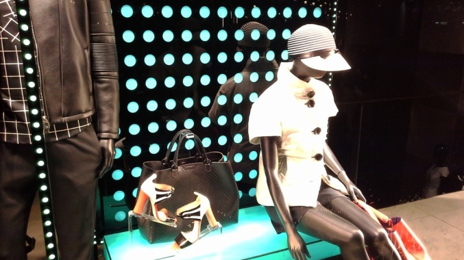 EMPORIO ARMANI ESCAPARATE PASEO DE GRACIA TEVIAC ESCAPARATISMO EN BARCELONA www.teviac.wordpress.com #marketingonline #escaparate #comercial #tendencia #armani (2)