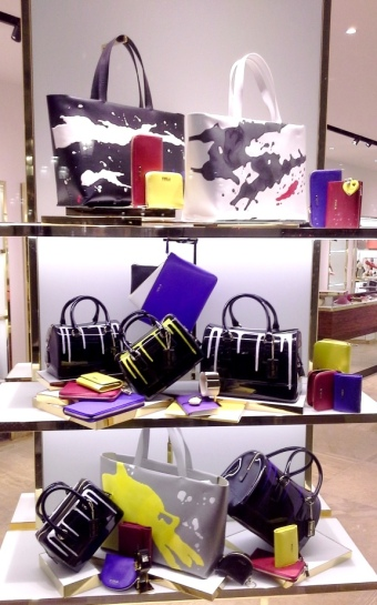 FURLA ESCAPARATE PASEO DE GRACIA BARCELONA TEVIAC ESCAPARATISMO EN BARCELONA #furla #windowdesign #handbag #luxe (1)