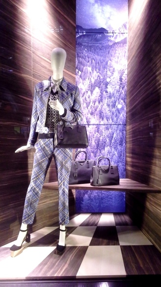 PRADA ESCAPARATE PASEO DE GRACIA BARCELONA #luxe #prada #escaparateonline #visualmerchandising #lovingteviac (1)