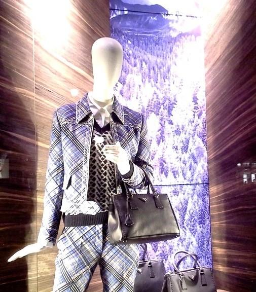 PRADA ESCAPARATE PASEO DE GRACIA BARCELONA #luxe #prada #escaparateonline #visualmerchandising #lovingteviac (2)