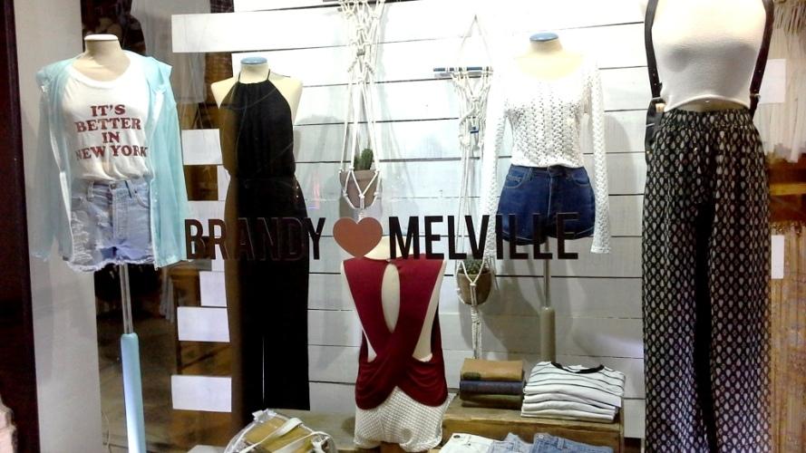 BRANDY MELVILLE ESCAPARATE PASEO DE GRACIA BARCELONA TEVIAC ESCAPARATISMO EN BARCELONA www.teviacescaparatismo.com (1)
