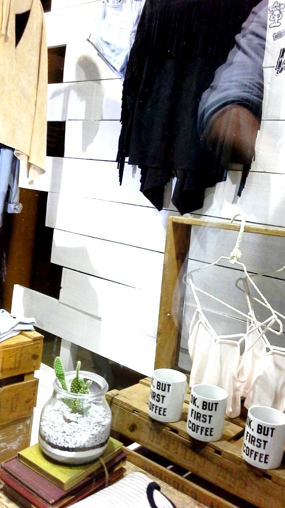 BRANDY MELVILLE ESCAPARATE PASEO DE GRACIA BARCELONA TEVIAC ESCAPARATISMO EN BARCELONA www.teviacescaparatismo.com (8)