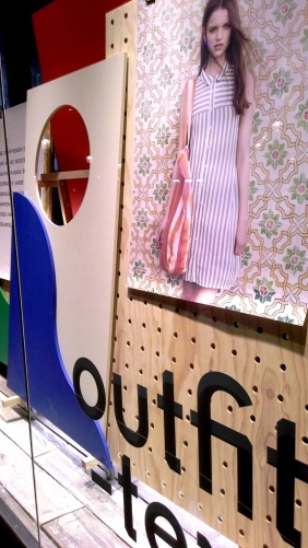 URBAN OUTFITTERS ESCAPARATE BARCELONA www.teviacescaparatismo.com (7)