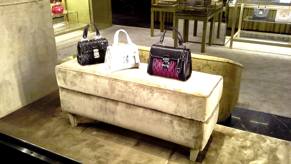 MIU MIU ESCAPARATE PASEO DE GRACIA BARCELONA www.teviacesaparatismo.com #escaparate #escaparatista #display #escaparatismo #visual  (2)