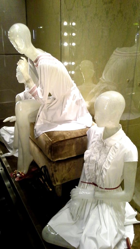 MIU MIU ESCAPARATE PASEO DE GRACIA BARCELONA www.teviacesaparatismo.com #escaparate #escaparatista #display #escaparatismo #visual (3)