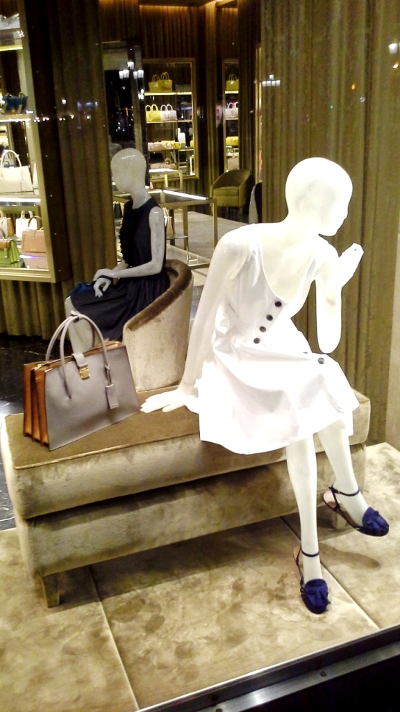 MIU MIU ESCAPARATE PASEO DE GRACIA BARCELONA www.teviacesaparatismo.com #escaparate #escaparatista #display #escaparatismo #visual (8)