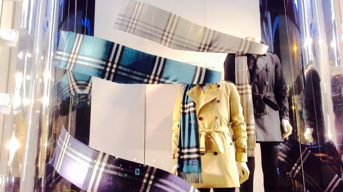 BURBERRY ESCAPARATE OTOÑO BARCELONA 2015 TENDENCIA SCARF (1)