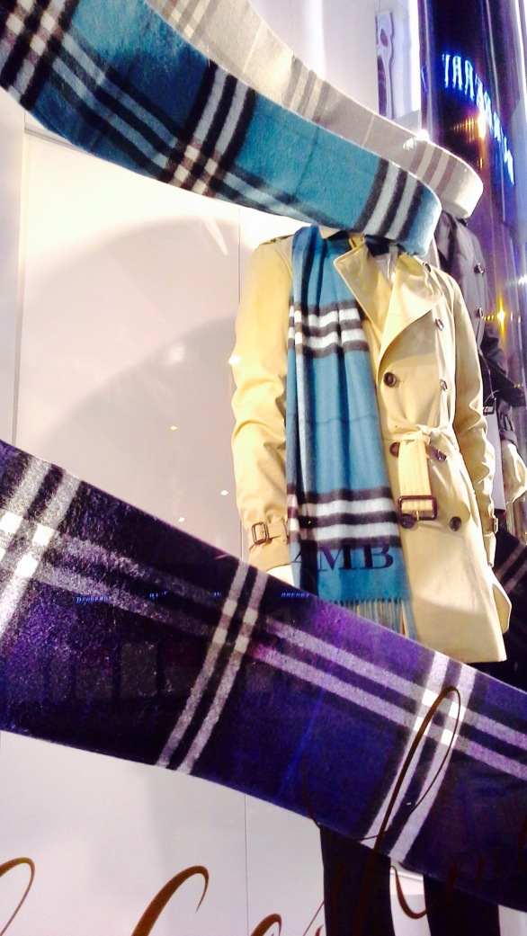 BURBERRY ESCAPARATE OTOÑO BARCELONA 2015 TENDENCIA SCARF (3)