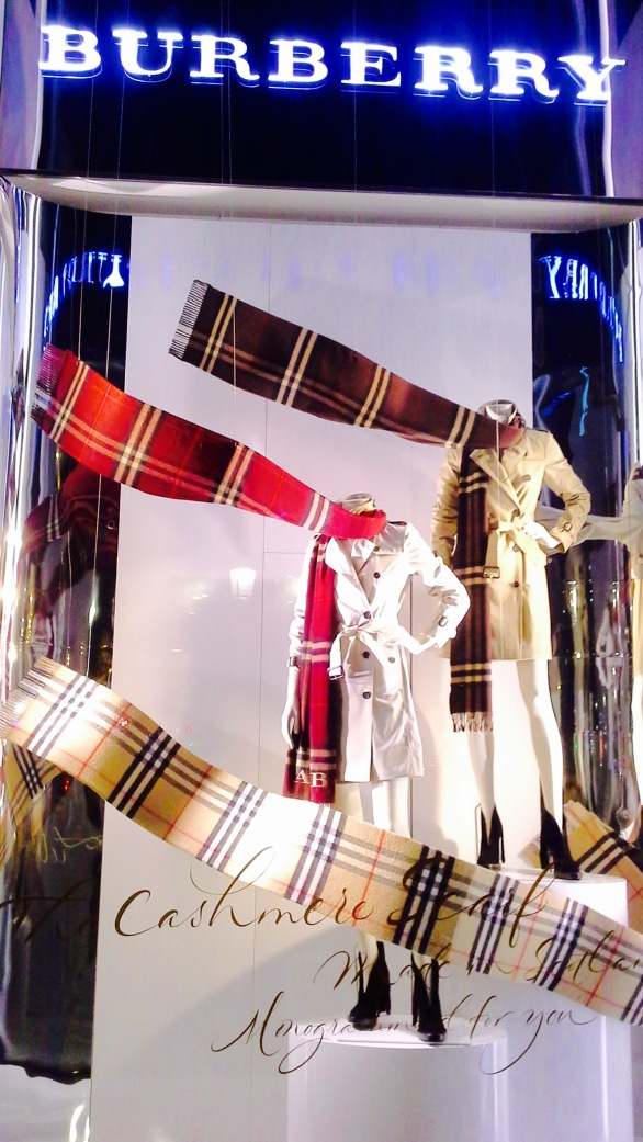 BURBERRY ESCAPARATE OTOÑO BARCELONA 2015 TENDENCIA SCARF (5)