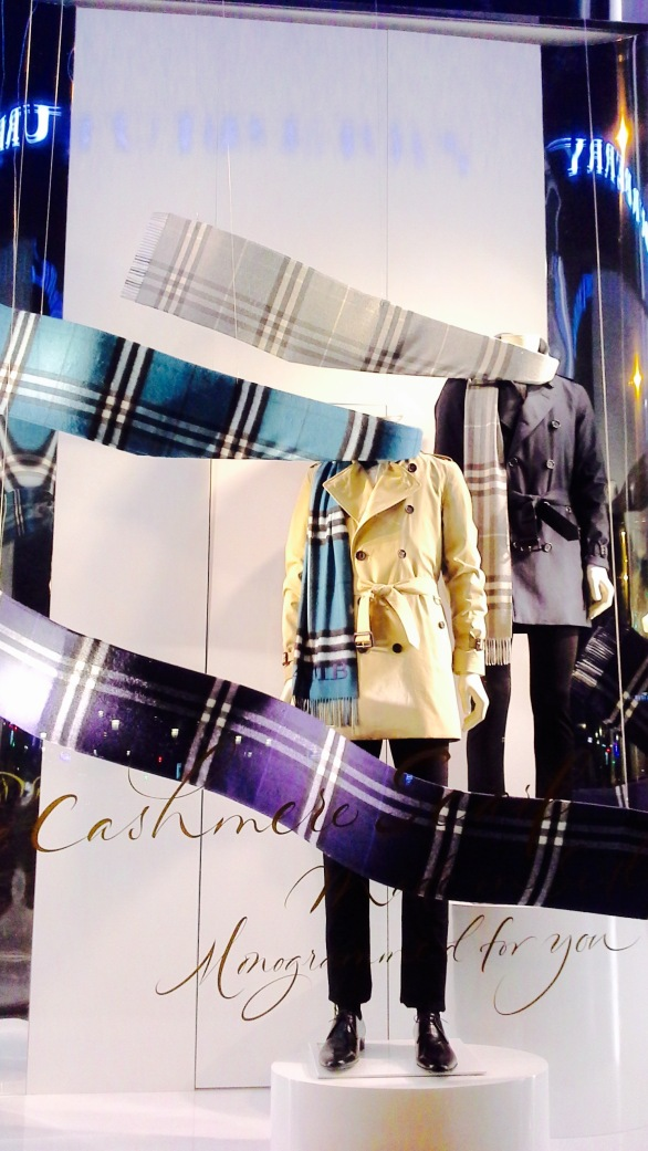 BURBERRY ESCAPARATE OTOÑO BARCELONA 2015 TENDENCIA SCARF (7)