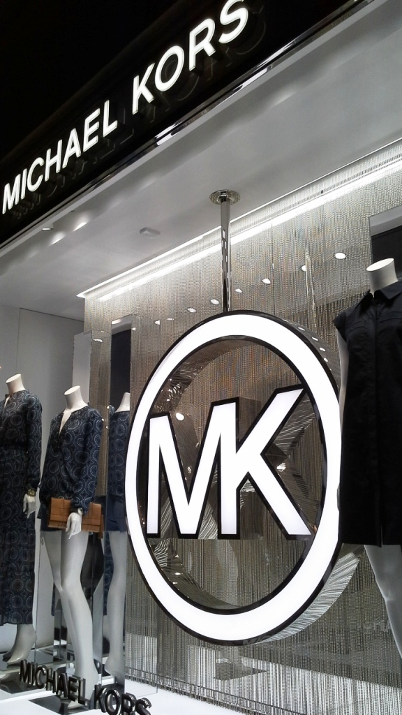 MICHAEL KORS ESCAPARATE BARCELONA TEVIAC www.teviacescaparatismo.com #escaparatelover #modabarcelona #aparadortendencia #marketingfashion #trend (1)