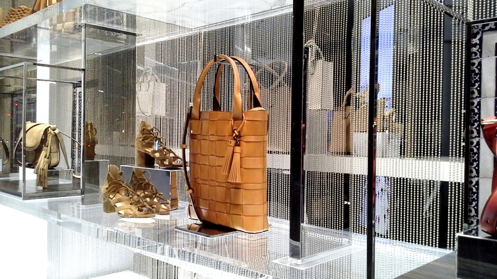 MICHAEL KORS ESCAPARATE BARCELONA TEVIAC www.teviacescaparatismo.com #escaparatelover #modabarcelona #aparadortendencia #marketingfashion #trend (12)