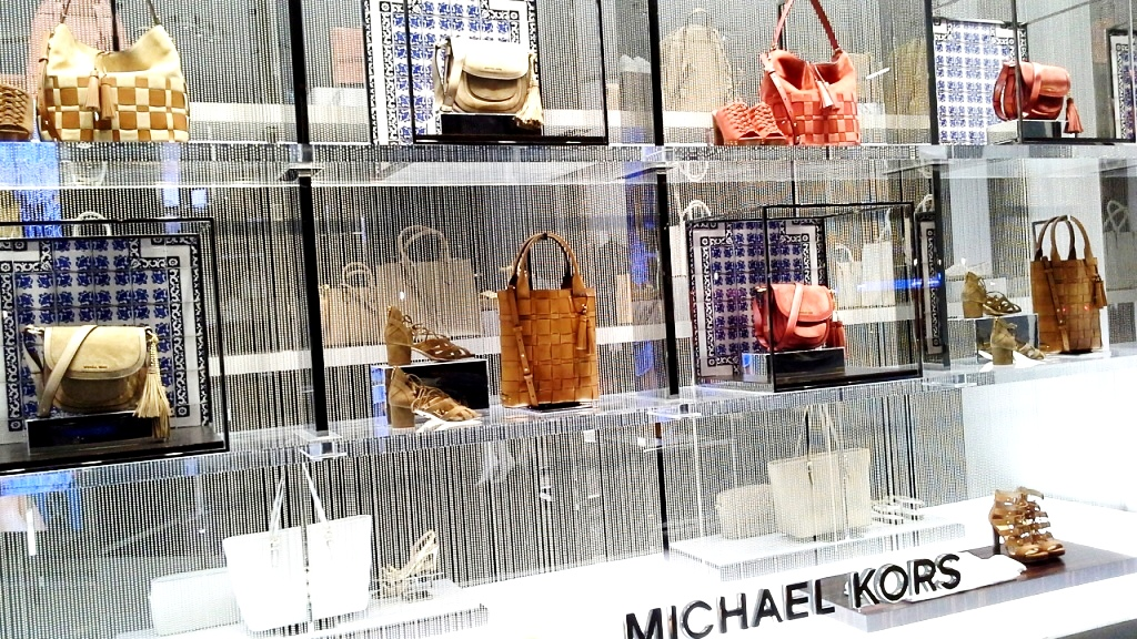 MICHAEL KORS ESCAPARATE BARCELONA TEVIAC www.teviacescaparatismo.com #escaparatelover #modabarcelona #aparadortendencia #marketingfashion #trend (16)