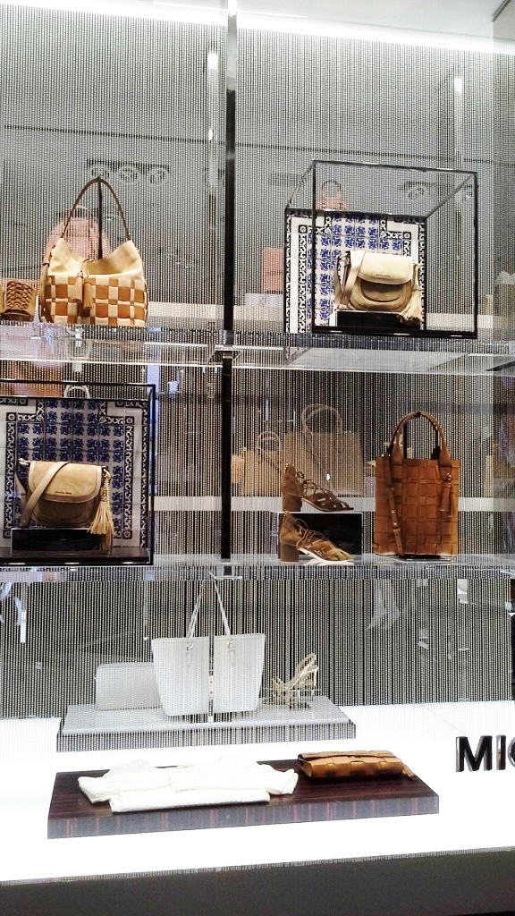 MICHAEL KORS ESCAPARATE BARCELONA TEVIAC www.teviacescaparatismo.com #escaparatelover #modabarcelona #aparadortendencia #marketingfashion #trend (17)
