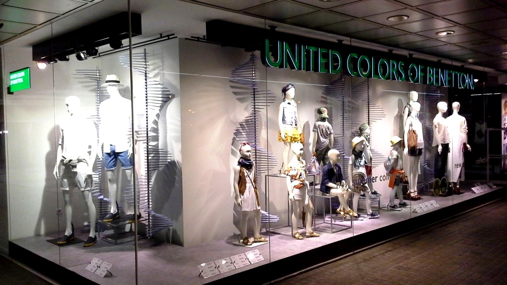 UNITED COLORS OF BENETTON ESCAPARATE #teviacescaparatismo #barcelonaescaparate #tendencia #coolhunter #escaparatelover (1)