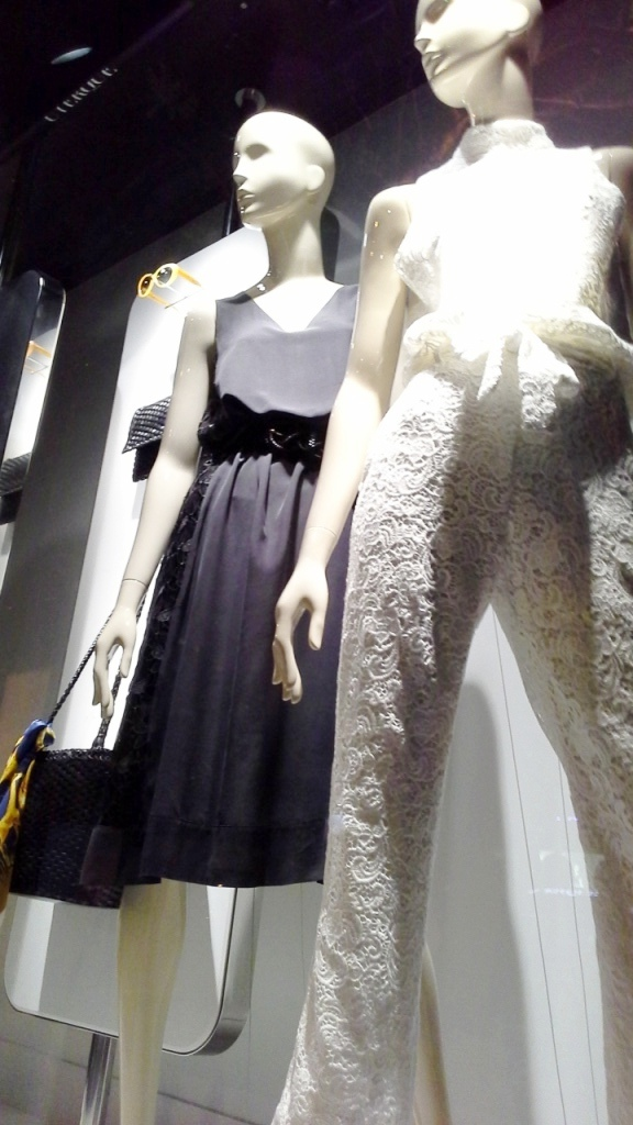 UTERQUE ESCAPARATE BARCELONA SUMMER INDITEX #inditex #uterqueescaparate #escaparatemoda #forbes #moda (14)