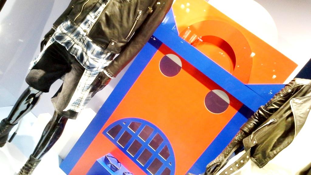 DIESEL ESCAPARATE BARCELONA PASEO DE GRACIA  www.teviacescaparatismo.com #vetrina #store #window #top #modelo  (8)