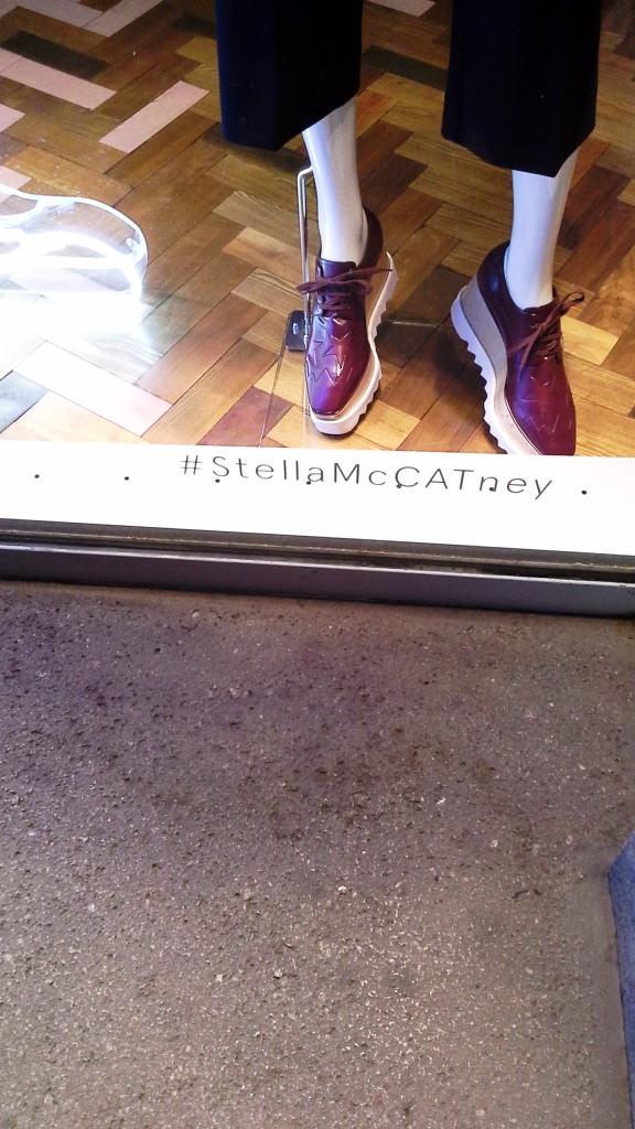 ESCAPARATE STELLA MCCARTNEY #stellamaccatney #stellamcCATney #aparador #barcelona #tendencia #iger #escaparatebarcelona #escaparatismobarcelona #influencerbarcelona (1)