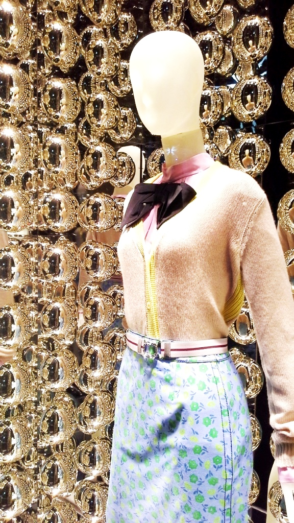 prada-paseo-de-gracia-escaparate-window-vetrina-luxe-escaparatelover-10