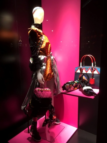prada-escaparate-paseo-de-gracia-barcelona-escaparatelover-escaparatebarcelona-escaparatismobarcelona-shoppingbarcelona-8