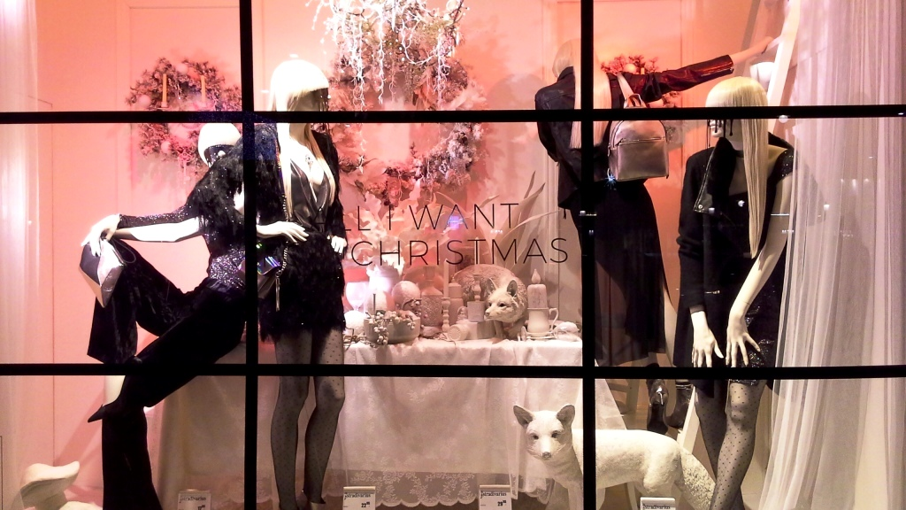stradivarius-escaparate-paseo-de-gracia-barcelona-stradivarius-escaparatestradivarius-window-fashionblog-shooping-2