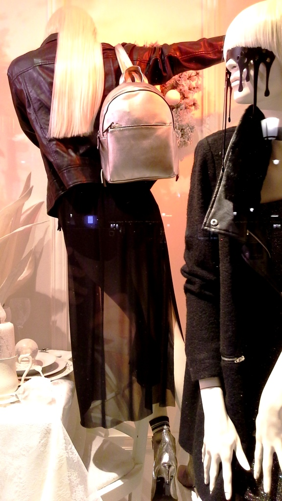 stradivarius-escaparate-paseo-de-gracia-barcelona-stradivarius-escaparatestradivarius-window-fashionblog-shooping-5