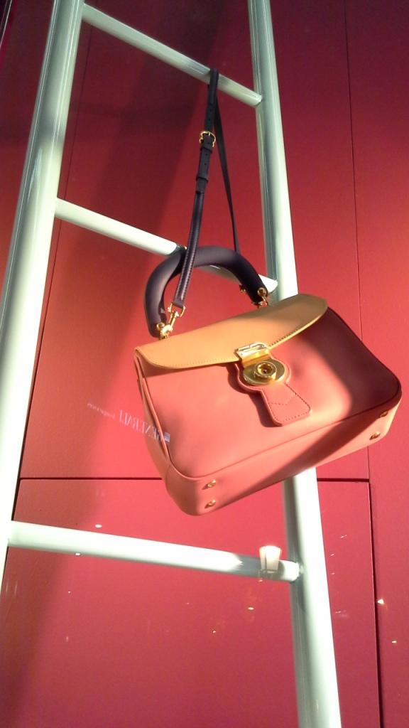 #burberry #burberryescaparate #burberrytrend #burberrybarcelona #teviac #escaparatelover #escaparatismo #fashion #moda (16)