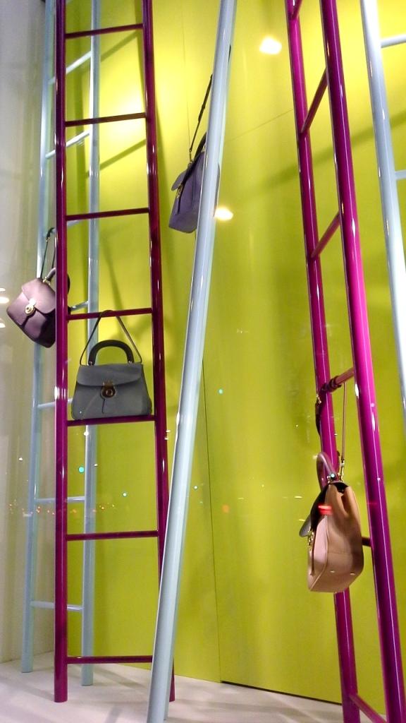 #burberry #burberryescaparate #burberrytrend #burberrybarcelona #teviac #escaparatelover #escaparatismo #fashion #moda (2)