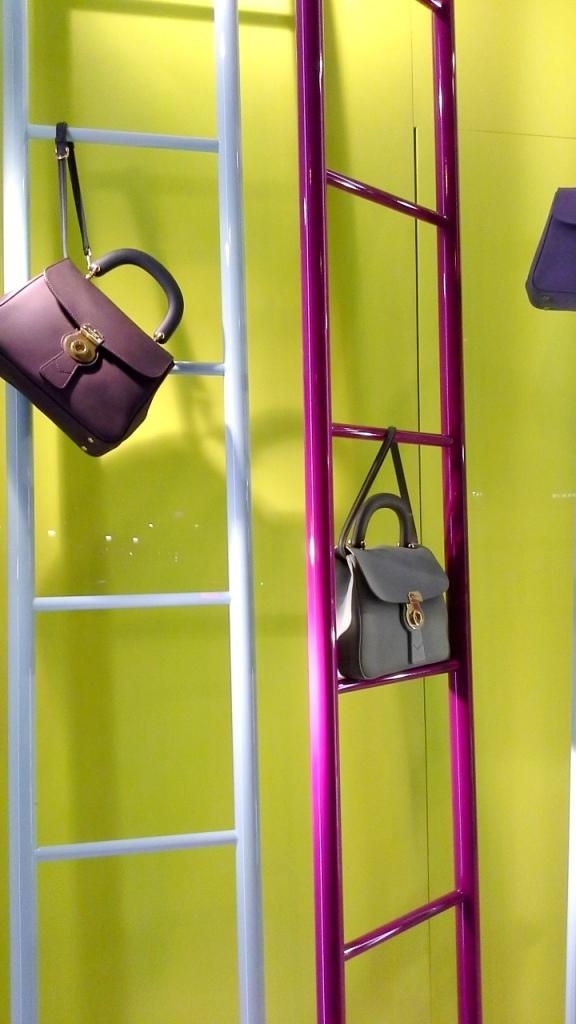 #burberry #burberryescaparate #burberrytrend #burberrybarcelona #teviac #escaparatelover #escaparatismo #fashion #moda (3)