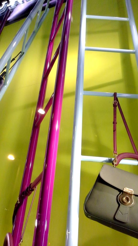 #burberry #burberryescaparate #burberrytrend #burberrybarcelona #teviac #escaparatelover #escaparatismo #fashion #moda (8)
