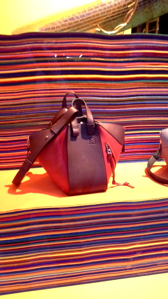 #loewe #loeweescaparate #influencer #fashion #moda #flagship #escaparatismo #escaparatelover #agencia #shop #barcelona (4)