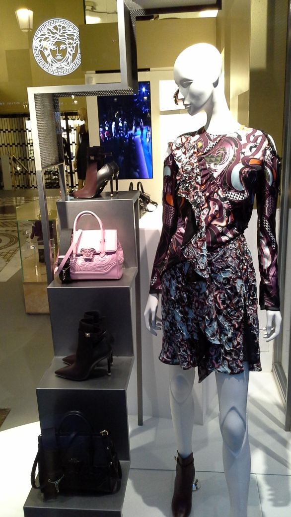 #versace #escaparate #escaparatismo #barcelona #vetrina #fashion #moda #tendencia #influencer #fashionista (2)