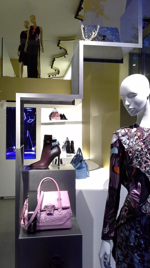 #versace #escaparate #escaparatismo #barcelona #vetrina #fashion #moda #tendencia #influencer #fashionista (7)