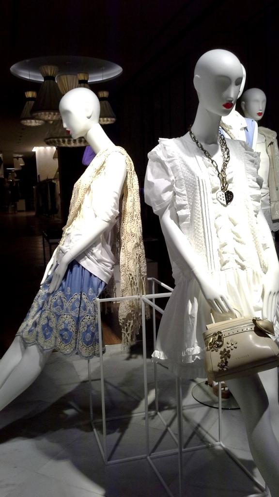 #twinset #simonabarbieri #escaparatebarcelona #escaparatismobarcelona #fashion #maniqui #trend #influencerbarcelona (3)