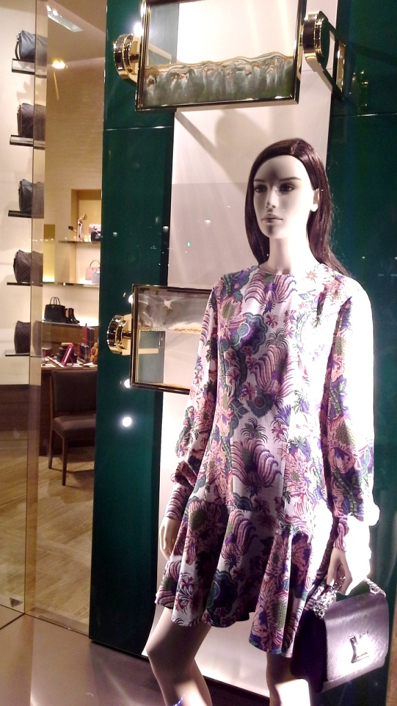 #louisvuitton #louisvuittonbarcelona #louisvuittontrend #escaparate #barcelona #trend #fashion #moda (10)