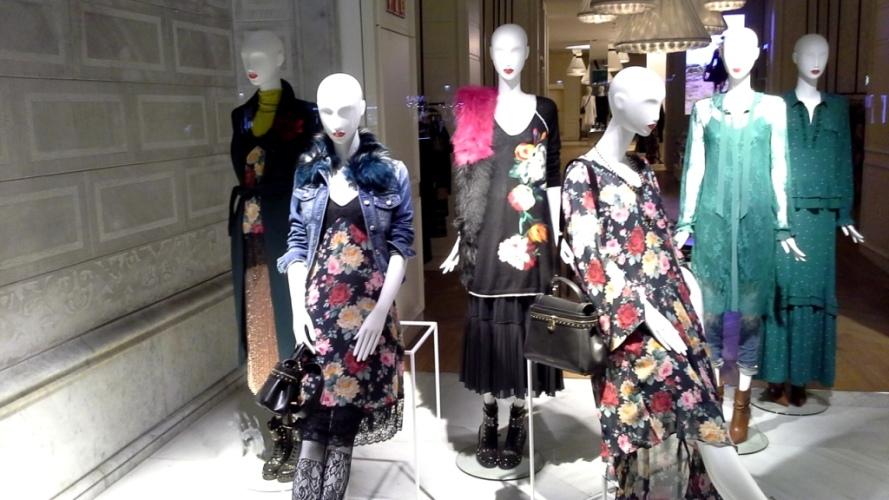 #twinset #simonabarbieri #fashion #moda #escaparatelover #windowdresser #flagship #escaparatismo #escaparatismobarcelona #visualmerchandisier #ecommerce (1)