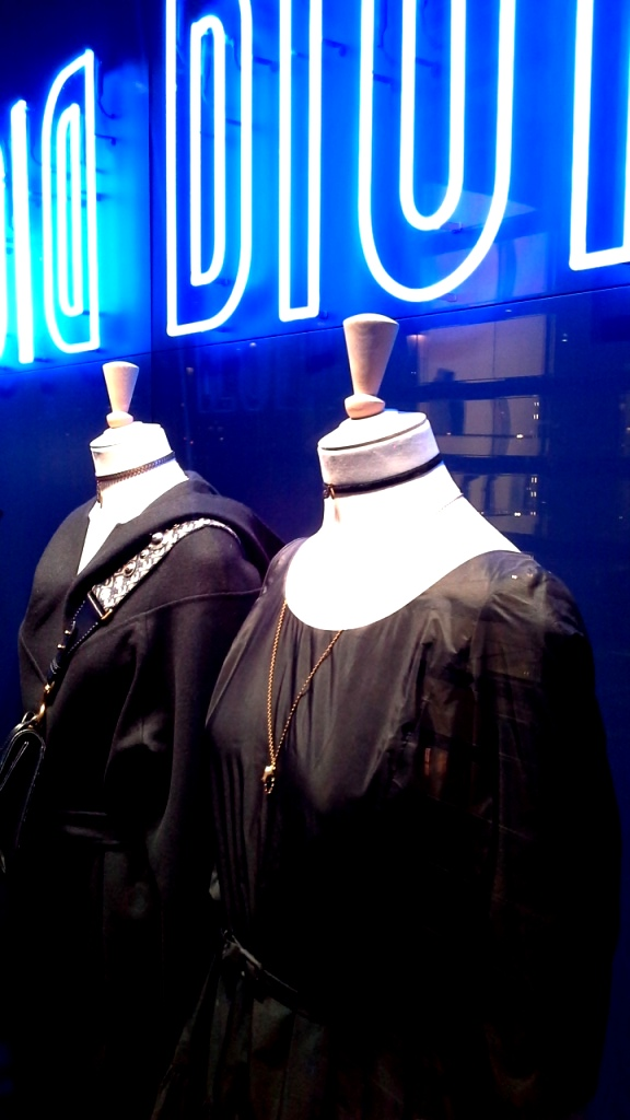 #dior #diorescaparate #diorblue #diorspain #escaparatista #escaparatismo #diorbluespain #trendy #fashion #modaespaña #luxe (4)