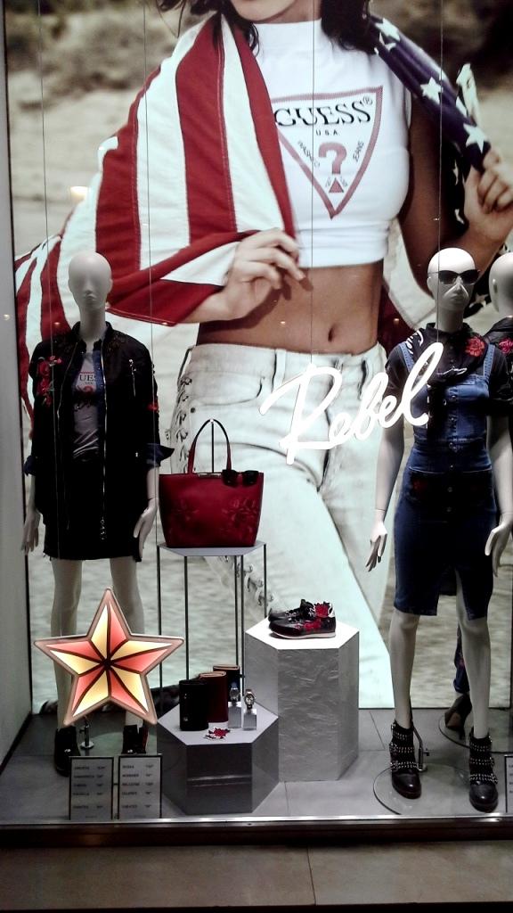 #escaparatebarcelona #modabarcelona #laperla #laperlatrend #laperlaotoño #fashion #escaparatista #escaparatelover #teviac #maniqui #lookbook #shoponline (1)