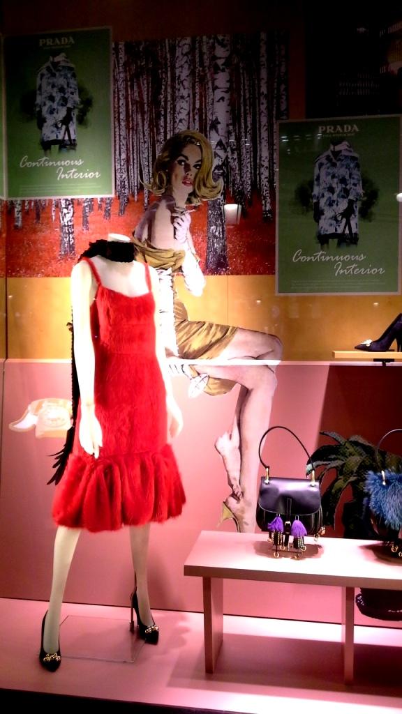 #prada #pradabarcelona #fashionista #teviac #pradaescaparate #escaparatelover #aparadorlover #windowlover #moda #barcelonaaparadorisme (1)