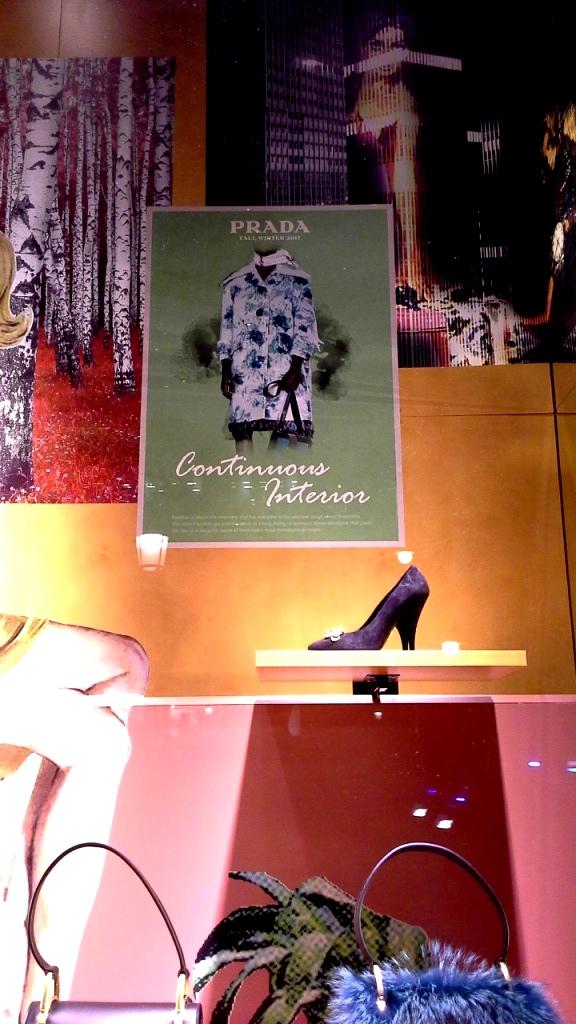 #prada #pradabarcelona #fashionista #teviac #pradaescaparate #escaparatelover #aparadorlover #windowlover #moda #barcelonaaparadorisme (3)