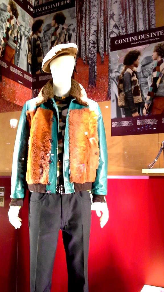 #prada #pradabarcelona #fashionista #teviac #pradaescaparate #escaparatelover #aparadorlover #windowlover #moda #barcelonaaparadorisme (9)