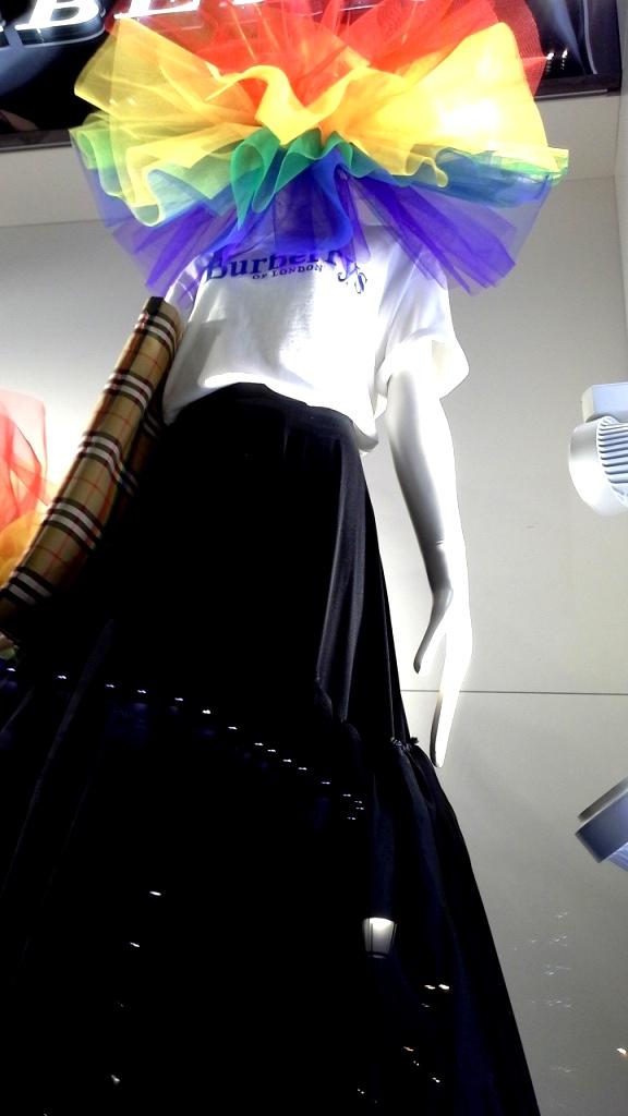 #burberry #burberryarcoiris #fashion #escaparatebarcelona #estudiarescaparatismo #masterescaparatismo #visualmerchandising #escaparate #vetrina #teviac #escaparatelover (1 (4)