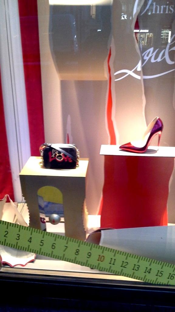 #christianlouboutin #louboutinebarcelona #christianlouboutinepaseodegracia #zapatos #lujo #shoes #trend #vetrina #shoplouboutin (2)