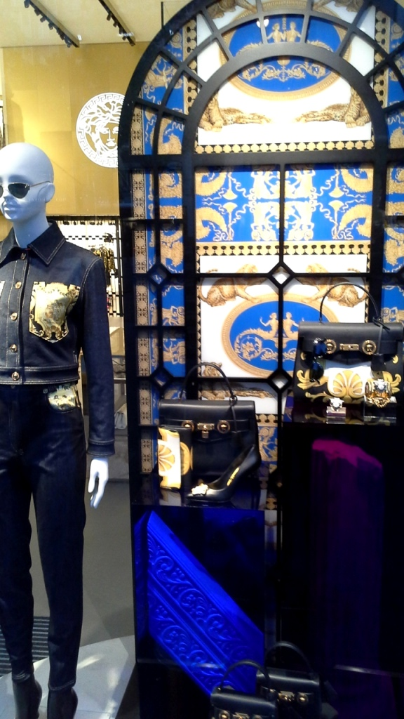 #versace 3versusversace #escaparate #lujo #paseodegracia #barcelonaluxe #shoppingnightbarcelona #visualmerchandising #escaparatismo #internationalcatwalk (4)